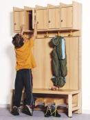 Komplettgarderobe in Stollenbauweise, mit Mützenablage mit Türen